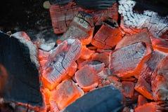 Brillando intensamente, ascuas anaranjadas brillantes en una pequeña barbacoa Fotografía de archivo libre de regalías