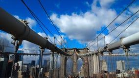 Brillantblauhimmel mit Weiß bewölkt Stadt-Skyline und Brooklyn-Brücke Stockbilder