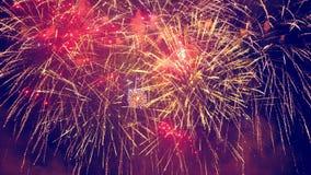 Brillante salpica de fuegos artificiales en el cielo oscuro almacen de metraje de vídeo