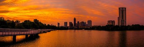 Brillante una volta in una vita Austin Skyline Sunset del cielo rosso ed arancio fotografie stock libere da diritti