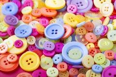 Brillantemente colorato retro e bottoni di plastica d'annata Immagine Stock Libera da Diritti