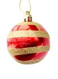 Brillantemente rojo con una esfera del Año Nuevo del ornamento del oro Fotografía de archivo libre de regalías