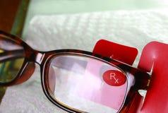 Brille auf einer Tabelle Stockfotos