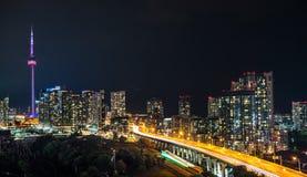 Brille intensamente de la ciudad de Toronto y de Gardiner Expressway Fotografía de archivo libre de regalías