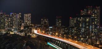 Brille intensamente de la ciudad de Toronto y de Gardiner Expressway Fotos de archivo