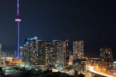 Brille intensamente de la ciudad de Toronto y de Gardiner Expressway Fotografía de archivo