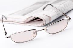 Brille und Zeitung Stockfotografie