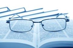 Brillen auf Büchern Stockfotos