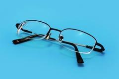 Brillen auf Blau Stockfoto
