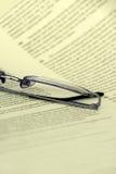 Brillen auf einer Dokumentennahaufnahme Stockfotografie