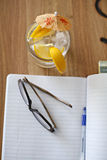 Brillen auf Notizbuch Stockbilder