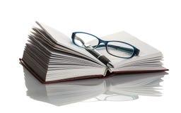 Brillen, Buch und Stift Lizenzfreie Stockbilder
