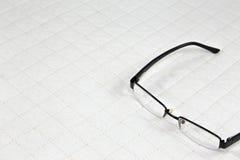 Brillen gesetzt auf weiße Patchwork Steppdecke Lizenzfreies Stockfoto