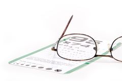 Brillen mit Augendiagramm darunterliegend Stockbilder