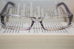 Brillen mit Buch Lizenzfreie Stockfotografie