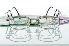 Brillen und Bargeld Lizenzfreies Stockfoto