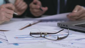 Brillen und Dokumente, die auf Tabelle, Geschäftstreffen, Analyse von Daten liegen stock video