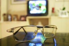 Brillen und Fernseher stockbilder