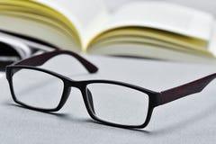 Brillen und offenes Buch Stockfoto
