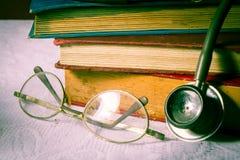 Brillen und Stethoskop mit Büchern. Lizenzfreies Stockfoto