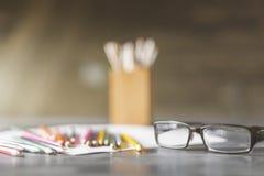 Brillen und Versorgungen Stockbild