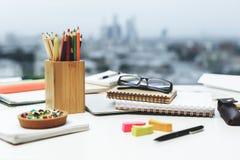 Brillen und Versorgungsnahaufnahme Lizenzfreie Stockbilder