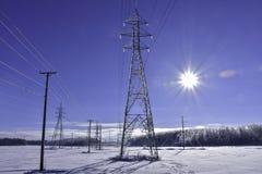 Briller à énergie solaire aux lignes électriques élevées traditionnelles Photographie stock libre de droits