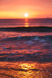 Briller léger de lever de soleil sur le ressac Photographie stock