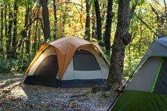 Briller léger de matin sur le bord de la tente en bois sur MOR croquant de chute image libre de droits