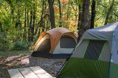 Briller léger de matin sur le bord de la tente en bois sur MOR croquant de chute image stock