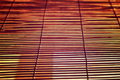 Brillez de la lumière du soleil lumineuse par Rom Blinds en bois images stock