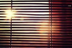 Brillez de la lumière du soleil lumineuse par Rom Blinds en bois photos libres de droits