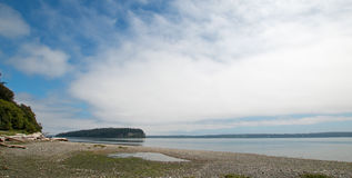 Brillez le rivage de parc d'état de Tidelands de la baie de Bywater près du port Ludlow dans Puget Sound en Washington State photo stock