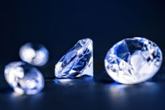 Brilliants in blauw licht stock foto's