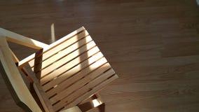 Brillo de la luz de Sun en la silla de madera fotos de archivo
