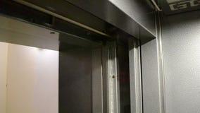 Brillo de las puertas del elevador brillante almacen de metraje de vídeo