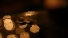 Brillo de los anillos de bodas en la luz almacen de metraje de vídeo