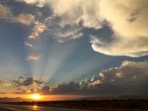 Brillo de los rayos de Sun detrás de una tormenta de paso fotografía de archivo