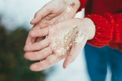 Brillo de oro en manos Imagen de archivo libre de regalías