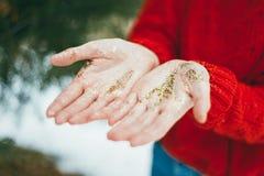 Brillo de oro en manos Fotografía de archivo
