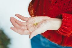 Brillo de oro en manos Foto de archivo