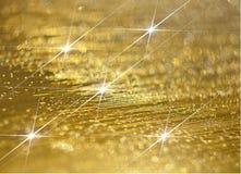Brillo del diamante en un fondo de oro imagen de archivo libre de regalías