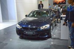 Brillo internacional del salón del automóvil de Moscú del cuarto de la serie de BMW color azul marino de Gran Cupe imagen de archivo