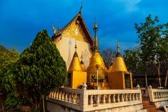 Brillo ligero de oro en blanco y pagoda del oro durante salida del sol/puesta del sol con el cielo azul Fotos de archivo libres de regalías