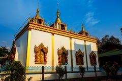 Brillo ligero de oro en blanco y pagoda del oro durante salida del sol/puesta del sol con el cielo azul Fotos de archivo