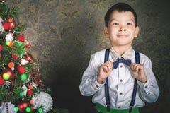 Brillo mágico de hadas que sopla de hadas del niño pequeño, stardust en la Navidad Foto de archivo libre de regalías
