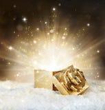 Brillo mágico del regalo de la Navidad imagen de archivo libre de regalías