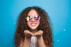 Brillos que soplan de la mujer adorable Fotos de archivo