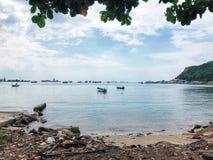Brin de rivage de côte de plage de bord de la mer de ciel de mer photos stock