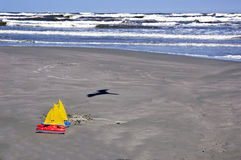 Brinca barcos de vela na praia Imagem de Stock